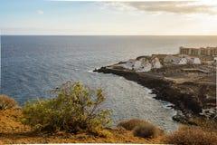 Το κίτρινο βουνό στην ωκεάνια ακτή Costa del Silencio, Tenerife στοκ φωτογραφία με δικαίωμα ελεύθερης χρήσης