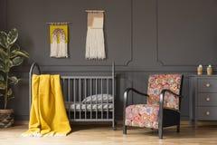 Το κίτρινο κάλυμμα στο κρεβάτι στο εσωτερικό κρεβατοκάμαρων παιδιών ` s με διαμόρφωσε το α Στοκ Εικόνα