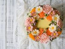 Το κίτρινο κέικ κρέμας που διακοσμείται με το buttercream ανθίζει - peonies, τριαντάφυλλα, χρυσάνθεμα, scabiosa, γαρίφαλα - στην  στοκ εικόνα