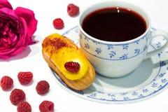 Το κίτρινο κέικ ECLAIR φρούτων με hibiscus το τσάι Σουδάν αυξήθηκε τσάι, SE Στοκ Εικόνα
