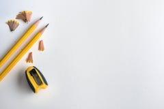 Το κίτρινο μολύβι με το ξύρισμα σε άσπρο χαρτί watercolor σχεδίων Στοκ Εικόνες