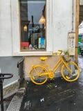 Το κίτρινο ποδήλατο κλίνει ενάντια έξω από το κατάστημα τέχνης και σχεδίου, Παρίσι, Γαλλία Στοκ Εικόνα