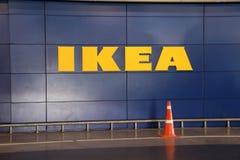 Το κίτρινο σημάδι της IKEA στον μπλε τοίχο, IKEA είναι μεγάλος λιανοπωλητής επίπλων και πωλεί τα έπιπλα στοκ φωτογραφίες με δικαίωμα ελεύθερης χρήσης