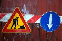 Το κίτρινο σημάδι για τις οικοδομές Στοκ Φωτογραφίες