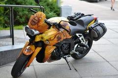 Το κίτρινο airbrush ποδηλάτων μοτοσικλετών ποδηλάτων μοτοσικλετών airbrush συντονίζει ευχάριστο απομονωμένου Στοκ Εικόνες