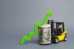 Το κίτρινο Forklift φορτηγό φέρνει μια μεγάλη δέσμη των δολαρίων και του πράσινου επάνω βέλους Αύξηση του εισοδήματος και του κέρ στοκ εικόνες