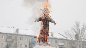 Το καίγοντας ομοίωμα Maslenitsa Εβδομάδα τηγανιτών Το Maslenitsa είναι ανατολικές σλαβικές παραδοσιακές διακοπές, που γιορτάζοντα απόθεμα βίντεο