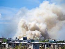 Το καίγοντας σπίτι προκαλεί έναν μεγάλο σωρό του καπνού Στοκ Εικόνες