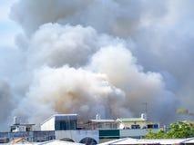 Το καίγοντας σπίτι προκαλεί έναν μεγάλο σωρό του καπνού Στοκ Φωτογραφίες