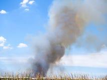 Το καίγοντας σπίτι προκαλεί έναν μεγάλο σωρό του καπνού Στοκ Φωτογραφία