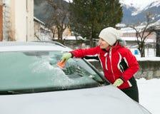 Το καθάρισμα του αυτοκινητικού αλεξήνεμου Στοκ φωτογραφία με δικαίωμα ελεύθερης χρήσης