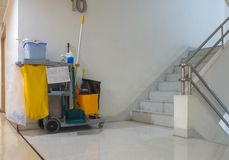 Το καθαρίζοντας κάρρο εργαλείων περιμένει τον καθαριστή Κάδος και σύνολο καθαρίζοντας εξοπλισμού στο διαμέρισμα janitor υπηρεσία  στοκ εικόνες