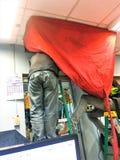 Το καθαρίζοντας μέρος κλιματιστικών μηχανημάτων του σκουπίσματος του εσωτερικού κλιματιστικού στοκ φωτογραφία με δικαίωμα ελεύθερης χρήσης