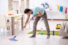 Το καθαρίζοντας σπίτι ατόμων από βρωμίζει Στοκ φωτογραφία με δικαίωμα ελεύθερης χρήσης