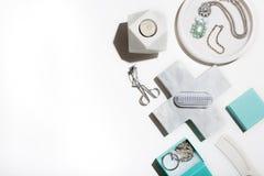 Το καθαρό τραγανό επίπεδο λευκού και aqua βάζει των προϊόντων ομορφιάς Στοκ φωτογραφίες με δικαίωμα ελεύθερης χρήσης
