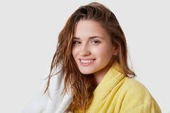 Το καθαρό χαμογελώντας νέο θηλυκό εξετάζει ευτυχώς τη κάμερα, έχει το τρυφερό χαμόγελο, υγρή σκοτεινή τρίχα, σκουπίζει με την πετ στοκ εικόνα με δικαίωμα ελεύθερης χρήσης