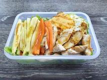 Το καθαρό ύφος τροφίμων, τοπ άποψη του ψημένου στη σχάρα κοτόπουλου, τηγάνισε το αυγό και τη φυτική σαλάτα με το καλαμπόκι καρότω στοκ φωτογραφίες με δικαίωμα ελεύθερης χρήσης