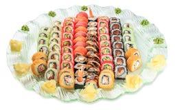 Το καθορισμένο σούσι κυλά το πιάτο - που απομονώνεται στο άσπρο υπόβαθρο Στοκ Φωτογραφίες
