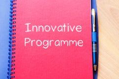 Το καινοτόμο πρόγραμμα γράφει στο σημειωματάριο στοκ εικόνα με δικαίωμα ελεύθερης χρήσης
