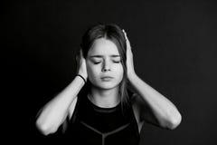 το κακό ακούει το αριθ Το κορίτσι κλείνει τα χέρια στοκ φωτογραφίες με δικαίωμα ελεύθερης χρήσης