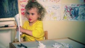 Το κακό κορίτσι παιδιών λυσσασμένο το έγγραφο και η δημιουργία βρωμίζει στο δωμάτιο απόθεμα βίντεο