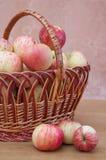 το καλάθι μήλων Στοκ Φωτογραφία