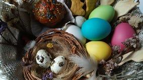 Το καλάθι Πάσχας με τα αυγά συσσωματώνει την ξηρά περιστροφή λουλουδιών απόθεμα βίντεο