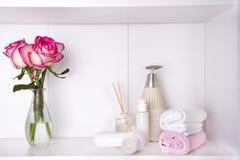 Το καλλυντικό και το λουλούδι λουτρών SPA αυξήθηκαν, στο λευκό Στοκ εικόνες με δικαίωμα ελεύθερης χρήσης