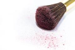 Το καλλυντικό κοκκινίζει βούρτσα για το makeup που απομονώνεται στο άσπρο υπόβαθρο Στοκ φωτογραφίες με δικαίωμα ελεύθερης χρήσης