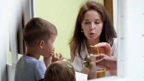 Το καλοκαίρι, μια νέα όμορφη γυναίκα, μητέρα, θεραπεύει το 4χρονο γιο της και μια 1χρονη κόρη με πρόσφατα συμπιεσμένος απόθεμα βίντεο