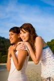 το καλό αγκάλιασμα φίλων φαίνεται ηλιοβασίλεμα από κοινού στοκ φωτογραφίες με δικαίωμα ελεύθερης χρήσης