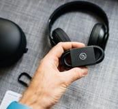 Το καλώδιο η νέα Apple Accesory κτυπά από το Δρ Dre Beats Studio 3 το ραδιόφωνο Στοκ Εικόνα