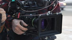 Το καμεραμάν κρατά τον εξοπλισμό πυροβολισμού στην καθορισμένη στενή άποψη φιλμ μικρού μήκους