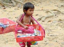 Το καμποτζιανό μικρό παιδί πωλεί τα αναμνηστικά Στοκ φωτογραφίες με δικαίωμα ελεύθερης χρήσης