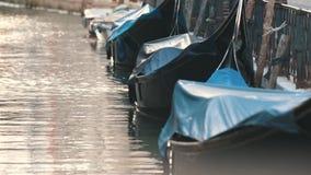 Το κανάλι με τις μικρές βάρκες και τις τράπεζες απόθεμα βίντεο