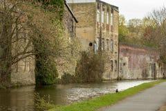 Το κανάλι του Λιντς και του Λίβερπουλ τυλίγει τον τρόπο του μέσω του παλαιού μέρους της πόλης στοκ εικόνα