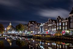Το κανάλι Singel στο Άμστερνταμ τη νύχτα Στοκ Φωτογραφία
