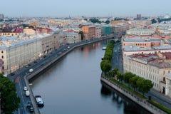 Το κανάλι ο ποταμός Fontanka σε Άγιο Πετρούπολη στα ξημερώματα πριν από τον ήλιο αυξάνεται Στοκ φωτογραφία με δικαίωμα ελεύθερης χρήσης