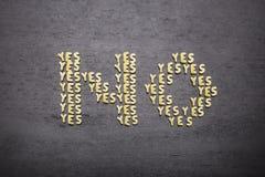 Το κανένα απάντησης φιαγμένο επάνω από σύνολο λέξεων ναι, με τις μικρές επιστολές ζυμαρικών σε ένα σκοτεινό υπόβαθρο ενός ξύλινου Στοκ εικόνες με δικαίωμα ελεύθερης χρήσης
