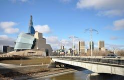 Το καναδικό μουσείο για τα ανθρώπινα δικαιώματα κοντά στον ποταμό Στοκ φωτογραφία με δικαίωμα ελεύθερης χρήσης