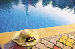 το καπέλο βρίσκεται άχυρ&omi στοκ φωτογραφία με δικαίωμα ελεύθερης χρήσης