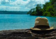 Το καπέλο των ατόμων είναι ένα κούτσουρο στο αριστερό Όμορφο seascape στοκ φωτογραφίες με δικαίωμα ελεύθερης χρήσης
