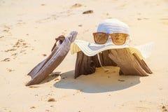 Το καπέλο και Sunglass στην ξυλεία η παραλία χαλαρώνουν την έννοια διακοπών θερινών διακοπών που τονίζεται Στοκ Φωτογραφίες
