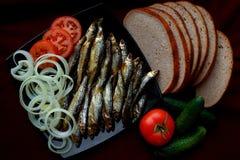 Το καπνισμένο ψάρι ποταμών εξυπηρετείται με το ψωμί, τις ντομάτες, τα καρυκεύματα και το oni Στοκ εικόνα με δικαίωμα ελεύθερης χρήσης