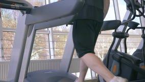 Το καρδιο workout στο τρέξιμο του προσομοιωτή, επαγγελματικός αθλητικός τύπος είναι δεσμευμένο treadmill κατά τη διάρκεια της αθλ απόθεμα βίντεο