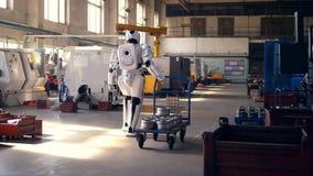 Το καροτσάκι με τα μέρη μετάλλων τραβιέται από ένα ρομπότ απόθεμα βίντεο