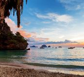 Το καρστ λικνίζει την τέλεια αναρρίχηση Railay Ταϊλάνδη Στοκ εικόνα με δικαίωμα ελεύθερης χρήσης