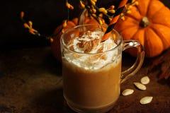Το καρύκευμα κολοκύθας latte πέφτει ποτό εποχής με την κτυπημένη κρέμα Στοκ Φωτογραφίες