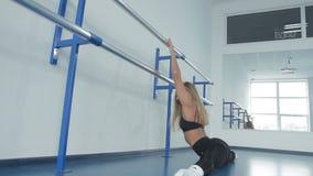 το κατάλληλο αθλητικό κορίτσι της Νίκαιας famale εκτελεί τις ασκήσεις στο σύγχρονο χορό που στέκεται σε ένα ευρύχωρο παράθυρο απόθεμα βίντεο