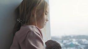 Το καταθλιπτικό αγκάλιασμα μικρών κοριτσιών teddy αντέχει φιλμ μικρού μήκους